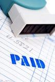 Sello pagado azul con una factura en blanco Foto de archivo