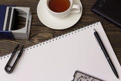 Sello, té, cuaderno y pluma Fotografía de archivo libre de regalías