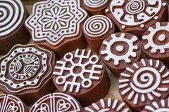 Sellos de madera tallados de diversos diseños Foto de archivo libre de regalías
