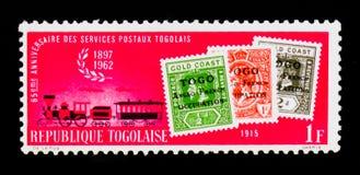 Sellos de 1915 y tren de correo del vapor, 65.o aniversario del serie togolés de los servicios postales, circa 1962 Imágenes de archivo libres de regalías