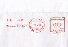 Sellos rojos del ruso del franqueo en el papel imagenes de archivo