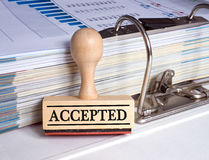 Selo aceitado com pasta no escritório fotografia de stock royalty free