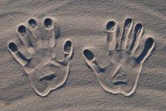 Selo da mão na areia foto de stock royalty free