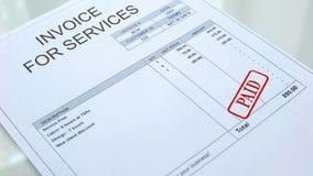 Selo pago carimbado na fatura para o documento comercial dos serviços, conta do negócio foto de stock royalty free