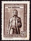 Selo postal dedicado ao centen?rio da abertura da casa imprimindo e do jornal na capital do La de Argentina fotos de stock