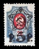 Selo postal do russo emitido em Rússia Tsarist antes da revolução de 1917 e usado em Rússia bolchevique por meio dos overprints fotos de stock