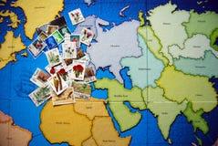 Selos de porte postal no mundo Fotos de Stock