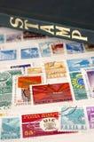 Selos e álbum usados com foco seletivo Imagem de Stock