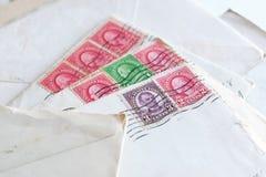 Selos postais em letras velhas, envelopes imagem de stock royalty free