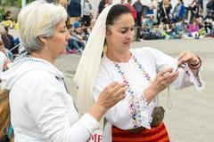 Selphi avec un participant aux jeux de Nestinar dans le village de Bulgari, Bulgarie Images stock