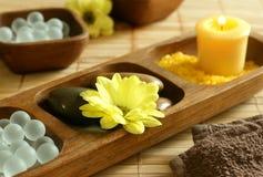Sels de Bath, bougie, pierres, fleur et essuie-main. Photographie stock libre de droits
