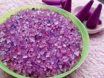 Sels violets réglés et encens de station thermale Photos libres de droits