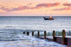 SELSEY-RÄKNING, VÄSTRA SUSSEX/UK - JANUARI 1: Fising fartyg som förtöjas av Royaltyfria Bilder