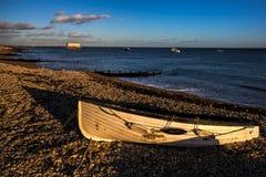 SELSEY, SUSSEX/UK - 1 JANUARI: Avondlicht op het strand bij Se Royalty-vrije Stock Afbeelding