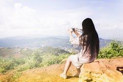 Seltene Ansicht der Frauen sitzen auf dem Felsenschießenfoto am Hügel mit Stockfotos