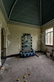 Seltener grüner u. roter mit Ziegeln gedeckter Wasser-Brunnen - verlassene Villa Stockbilder