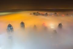 Seltener Wintermorgennebel in Dubai, UAE stockfoto