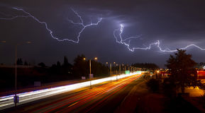 Seltenes Gewitter, Blitz über Tacoma Washington I-5 produzierend Stockfotografie