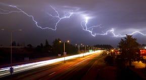 Seltenes Gewitter, Blitz über Tacoma Washington I-5 produzierend Lizenzfreies Stockfoto