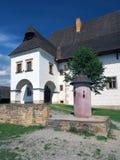 Seltenes Landsitzhaus und Pfosten der Schande in Pribylina Lizenzfreie Stockfotos