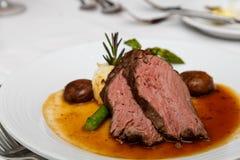 Seltenes Rindfleisch mit Pilzkappen stockbild