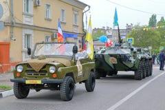 Seltenes UAZ-Auto und BTR-80 APC auf der Straße Russland Stockfotografie