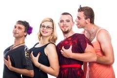 Seltsame drei in Cross-Dressing kleidende Männer und eine Frau Lizenzfreies Stockbild