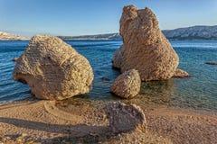 Seltsame Felsen im Meer, PAG, Kroatien Stockbilder