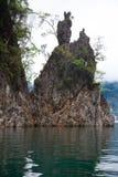 Seltsame Felsen im Wasser Stockbilder