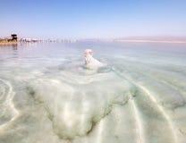Seltsame Salzanordnungen in dem Toten Meer in Israel Lizenzfreie Stockfotos