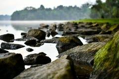 Selva tropical rocosa del agua tranquila fotografía de archivo