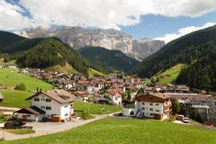Selva Val Gardena oder Wolkenstein und Gruppo di Sella Stockfoto