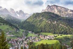 Selvaby i södra Tirol, Dolomites, Italien Arkivbild
