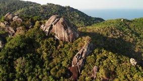 Selvas e montanhas da ilha tropical Opinião do zangão de selvas verdes e de pedregulhos enormes no terreno rochoso vulcânico do K vídeos de arquivo