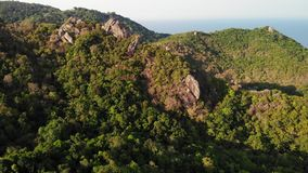 Selvas e montanhas da ilha tropical Opinião do zangão de selvas verdes e de pedregulhos enormes no terreno rochoso vulcânico do K video estoque