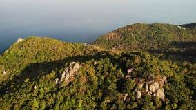 Selvas e montanhas da ilha tropical Opinião do zangão de selvas verdes e de pedregulhos enormes no terreno rochoso vulcânico do K filme