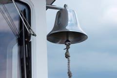 Selver-Glocke auf der Seite eines Bootes Stockfoto