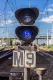 Semáforo azul perto da estrada de ferro Fotos de Stock Royalty Free