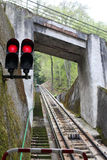 Semáforo com luzes vermelhas na estrada de ferro da montanha Foto de Stock