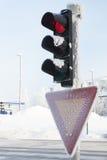 Semáforo congelado en el invierno que muestra rojo Fotografía de archivo libre de regalías