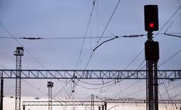 Semáforo de ferrocarril y líneas aéreas Imagen de archivo libre de regalías