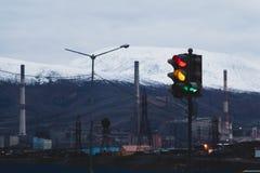 Semáforo de la ciudad industrial, Norilsk imagenes de archivo