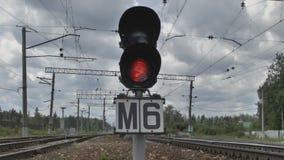 Semáforo en el ferrocarril almacen de metraje de vídeo