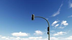 Semáforo en el fondo de nubes de funcionamiento en un cielo azul almacen de metraje de vídeo