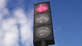 Semáforo que cambia al rojo almacen de metraje de vídeo