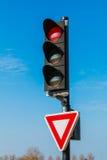 Semáforo rojo con la muestra de producción Imagen de archivo libre de regalías