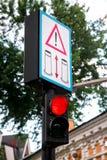 Semáforo rojo con la señal de peligro Fotografía de archivo