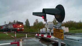 Semáforo rojo de la muestra de la PARADA en un cruce ferroviario