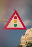 Semáforo triangular contra la perspectiva del cielo Luz verde Imagenes de archivo