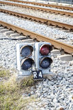 Semáforo vía el tren foto de archivo